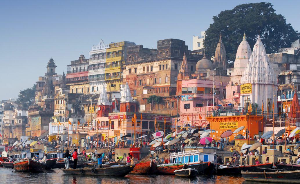 Pohled z hladiny řeky Gangy na posvátné Váránásí
