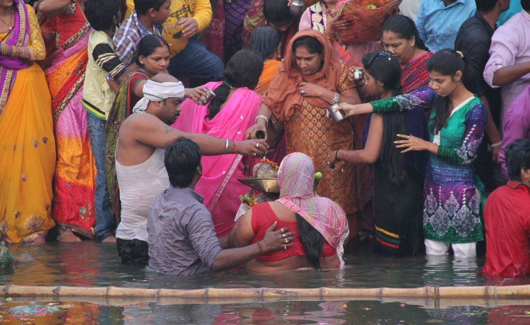 Očistná koupel na břehu řeky Ganga ve Váránasí