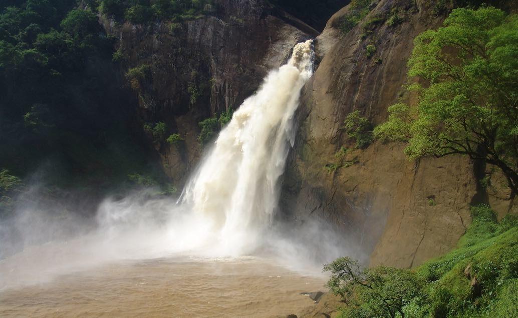 malebné horské scenérie s vodopády