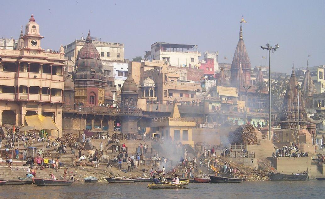 Pohled na posvátné Varanásí z hladiny řeky Ganga