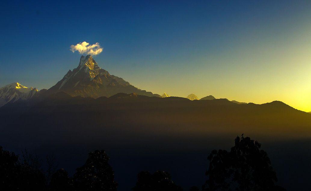 Východ slunce s výhledem na horu Fishtail