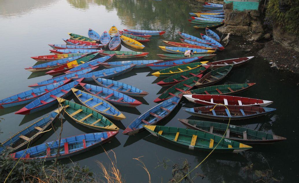 Barevné lodičky na jezeře Phewa